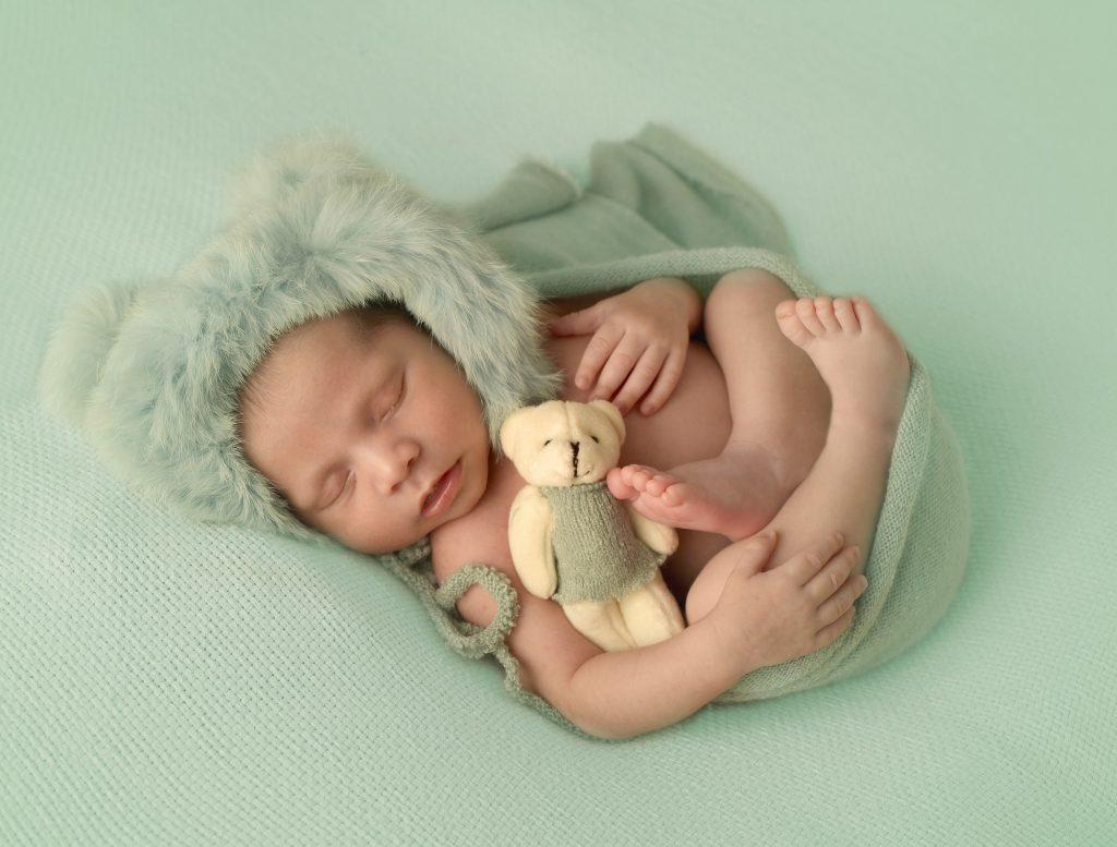 Foto de un bebe en sesión de fotos newborn